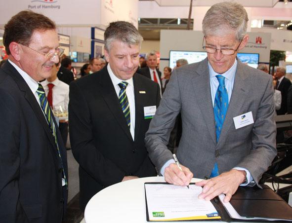 Thomas Löffler, Geschäftsführer Contargo, Heinrich Kerstgens, Geschäftsführer Contargo und Hans Smits, CEO Port of Rotterdam (von links nach rechts) unterschreiben die Teilnahmeerklärung (Foto: Schiffahrt und Technik)
