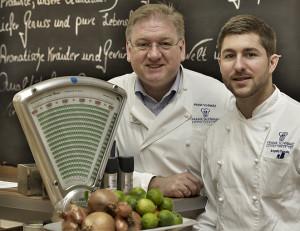 Frank Schwarz (l.) und Küchenmeister Angelo Vocale sind ein eingespieltes Team. Quelle: Holger Bernert