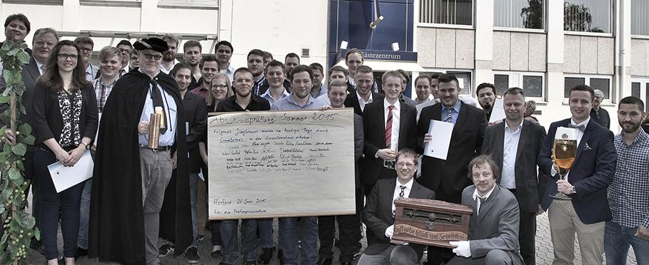 Zum Abschluss der Lossprechungsfeier gab es ein Gruppenbild mit Gambrinus. © Brauereiverband NRW | Holger Bernert