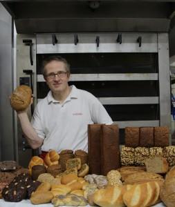 Bäckermeister Olaf Spiegelhauer mit seinen leckeren Produkten