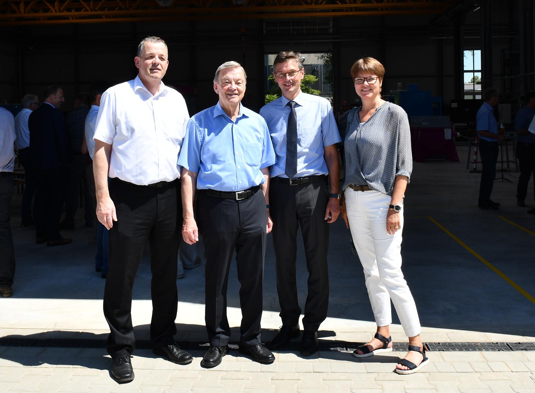 SCHWING Technologies: Geschäftsführer und Gäste bei der Eröffnung der neuen Fertigungshalle in Neukirchen-Vluyn