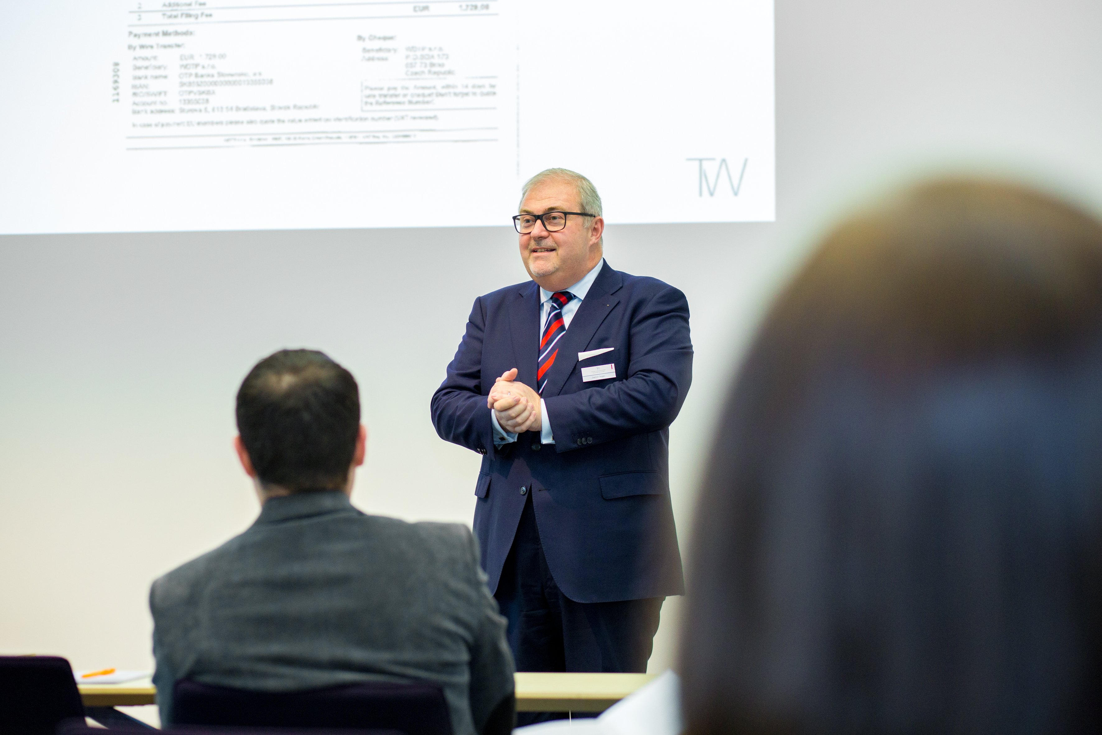 Dietrich Tergau erläutert den Teilnehmern den Schutz von firmeninternem Know-how. (Bild: SMIC!)