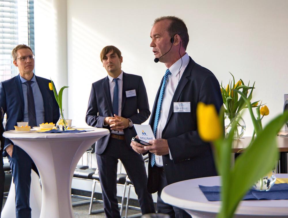 Ditmar Rompf (r.), Vorstand der Hüttig & Rompf AG, präsentiert beim Neujahrsempfang in Würzburg die Ergebnisse aus dem aktuellen Marktreport für Unterfranken – Foto: Hüttig & Rompf AG
