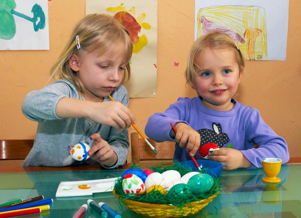 Ostereier bemalen: Kinder vor Salmonellen schützen