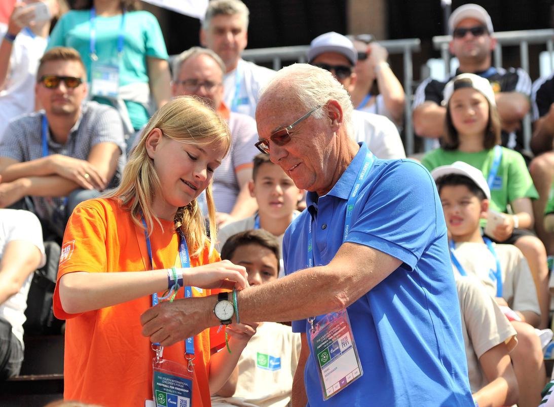 """Franz Beckenbauer teilt als Botschafter von """"Fußball für Freundschaft"""" sein Fußballwissen mit jungen Spielern aus der ganzen Welt in Madrid"""