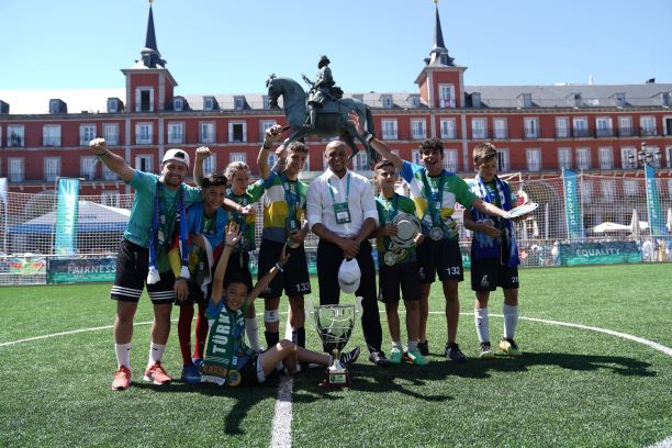 """Feierlicher Abschluss der siebten Saison des Programms """"Fußball für Freundschaft"""" in Madrid"""