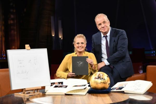 Hand in Hand für Norddeutschland: NDR Talk Show versteigert Gästebücher und Souvenirs