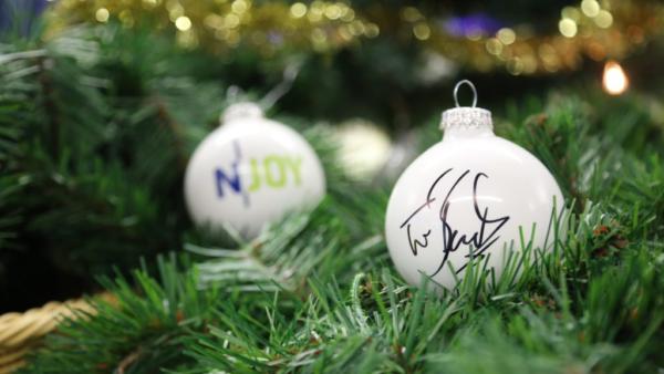 """""""Hand in Hand für Norddeutschland"""": N-JOY versteigert signierte Weihnachtsbaumkugeln für den guten Zweck"""