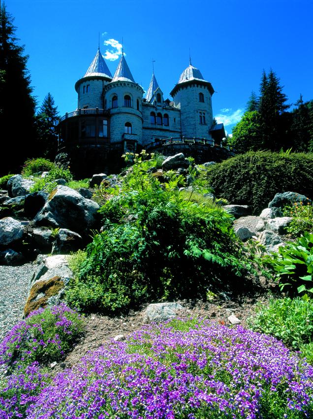 VALLE-DAOSTA-Il-Castello-Savoia-a-Gressoney-Saint-Jean_Archives-Tourisme-Vallée-dAoste_Diego-Cesare_ Heilsame Schönheiten - das Aostatal in voller Blütenpracht