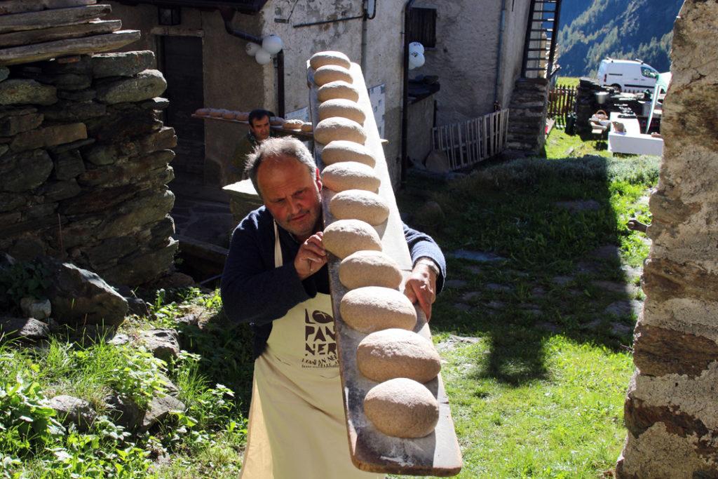 Brot-im-Aostatal_Foto_Lo-Pan-Ner_Marchetto-Champorcher_web-1-1024x683 Kulinarisches Kulturgut: 59 heiße Brot-Öfen und Markt der Herbstschätze