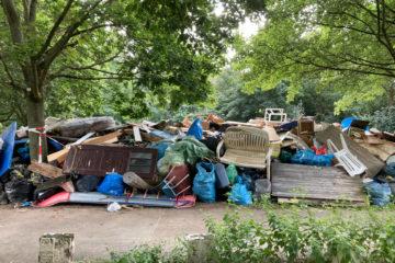Die Sperrmüll-Flut nach der Hochwasser-Katastrophe. Sperrmüll-Entsorgung mit Containern. Wertstoffhöfe und Müllverbrennung